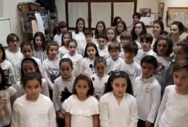 Artizarra Musikaltegiko abeslariek ere 'Lau Teilatu' abestu dute